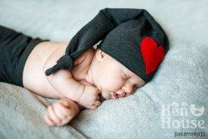 Czapka niemowlęca z serduszkiem - Trafiony prezent