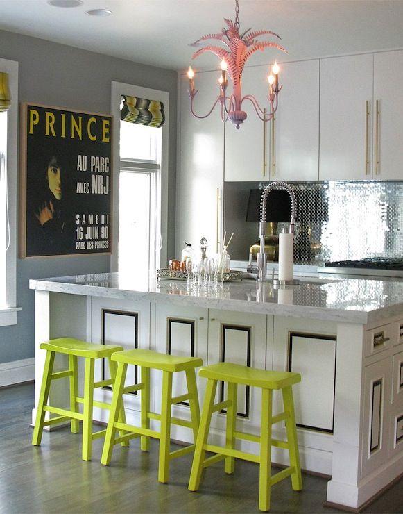 De kleurige barkrukken geven deze keuken een leuke, frisse tint. Een mooie combinatie met het rustieke wit. #keuken #inspiratie