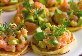 Mini-Blinis mit Lachs-Avocado-Salsa