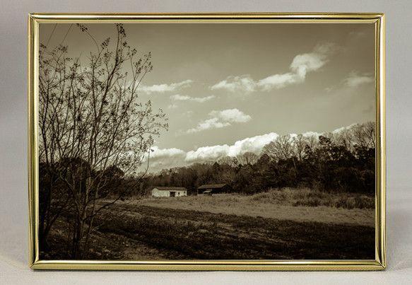 「陽が傾きかけた頃、小さな農場を通りかかった。白壁の納屋のある風景はなんだか外国の田舎を思った。('13/02/11撮影)」セピア調のダブルトーン写...|ハンドメイド、手作り、手仕事品の通販・販売・購入ならCreema。