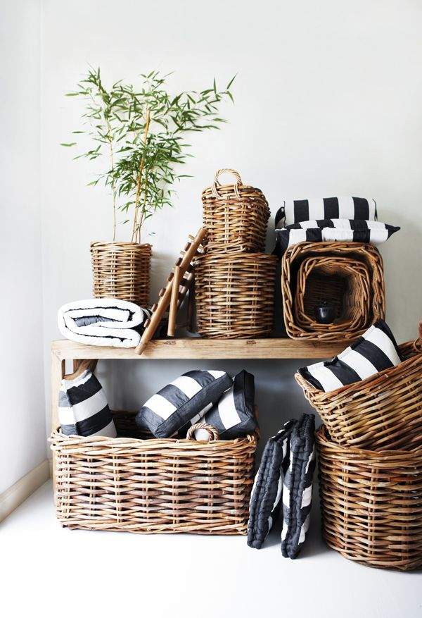 Para poner orden en la cabaña de la playa..(vía Tine K Home: For your SPRING home and garden) #wicker #baskets #planters