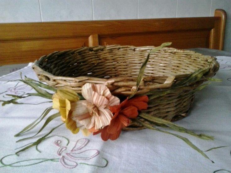 Cesta de papel de xornal con flores de mainzo