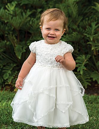 Flowergirldress with soft net skirt and lace details.