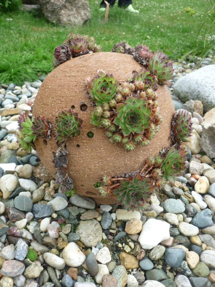 Netřesková koule 30 cm Koule do vaší zahrady probudí nejeden váš zahradní kout :-) Je velice nenáročná- nemusíte ji krmit, venčit ani se o ni nějak zvlášť starat- i přes zimu vaší zahradu neopustí a bude vám dělat jen radost :-) průměr- 30cm (28-32cm) lze použít i jako zahradní lampičku- stačí jen prosvítit svíčkou. K této kouli lze dokoupit i podmisku na ...