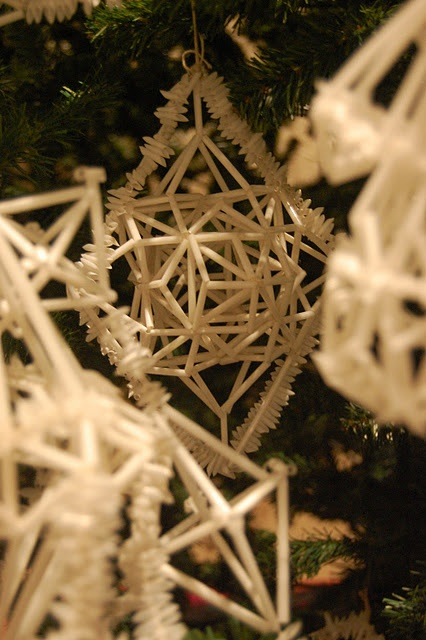 Straw ornaments, pretty and natural    #Christmas #straw #Decoration
