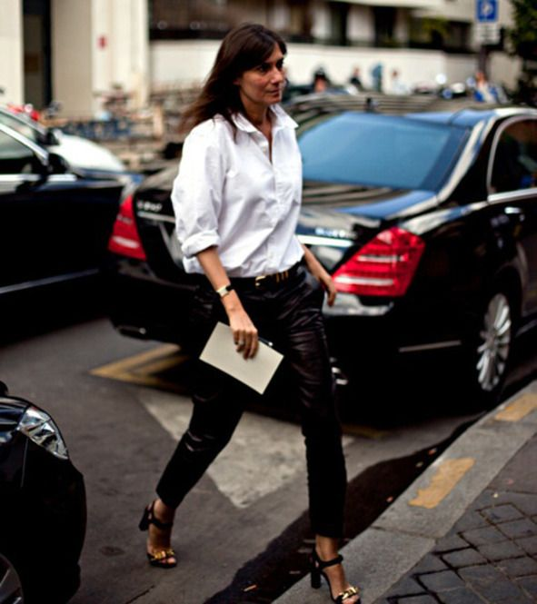 これがエマニュエル・アルトを象徴するスタイル。革のズボンに白いシャツとセリーヌのヒール!クール&シックな現代のパリジェンヌのお手本。