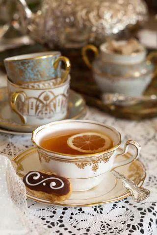 """""""Nie istnieje żaden na tyle powazny problem, którego nie dałoby się załagodzić filiżanką dobrej herbaty."""" Bernard-Paul Heroux"""