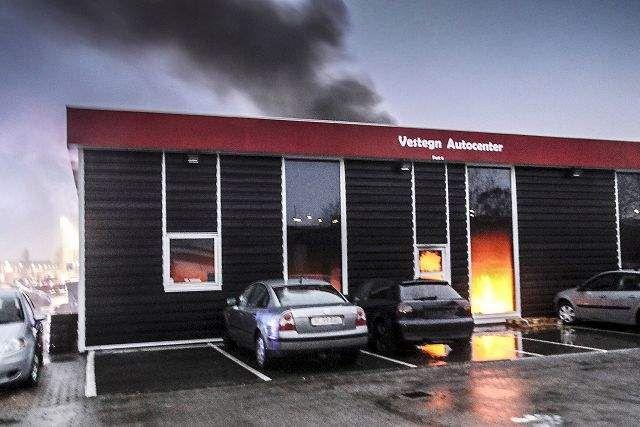Politi: Brand i autoværksted muligvis påsat
