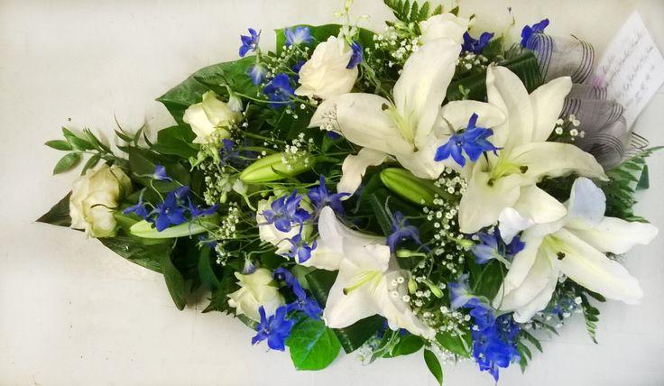 Sinivalkoinen hautavihko: Lilja, ruusu, ritarinkannus, harsokukka