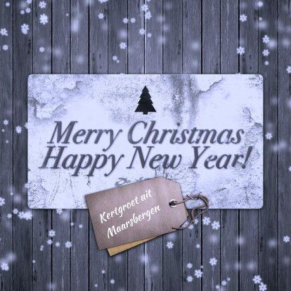 Een mooie sfeervolle kerstkaart met een bord en label op hout en vallende sneeuwvlokken. Aan de binnenzijde plaats voor een foto,logo of tekst ;-)
