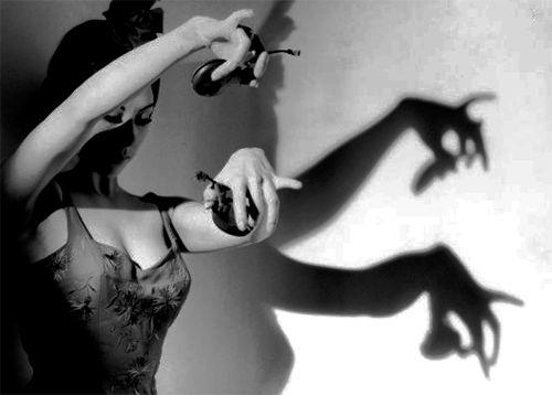 Esta es una foto re linda de una mujer bailando flamenco. Nos gusta mucho porque tiene una sombra linda y esta en blanco y negro. Es una foto muy artistica.  - Elín y Vala