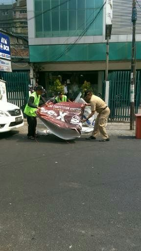 UPPD Tamansari menertibkan Reklame Liar