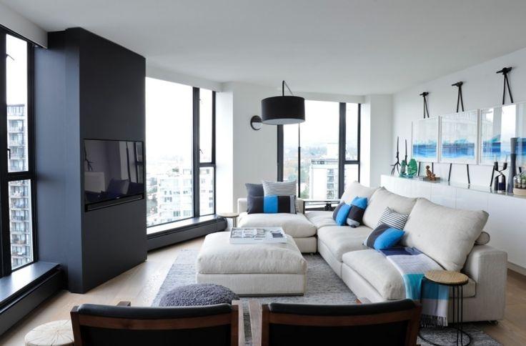 modulares hellgraues Sofa und blaue Akzente