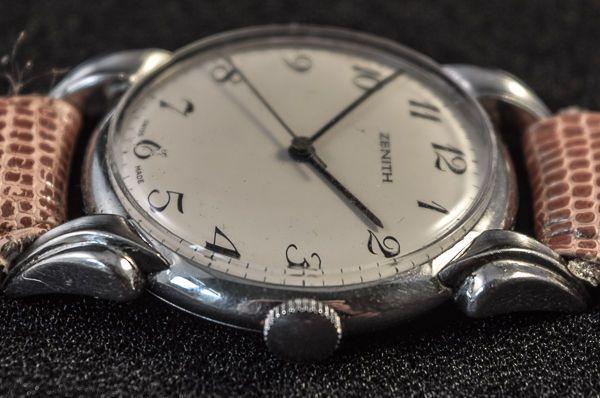 Zenit-klauw lugs-mannen-1930/40s  Zenith zeer zeldzaam horloge ongebruikelijke lugs-Wijzerplaat is ondertekend Zenith-zwart grote art Deco nummers. Zwarte stalen handen.Centrale sekonde.Verkeer-ondertekend Zenith-genummerde 730887Geval is ondertekend-Zenith-Model Depose-acier inoxydable.Achterkant van het doosje is genummerd-858200734mm grootte-app met uitzondering van winder en 45 mm app van lug naar lugover alle lengte met inbegrip van het horloge is 23 centimeter.Maat van de borstband is…