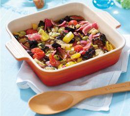 【夏野菜のマリネ】夏野菜の旨みが詰まった、やさしい酸味のマリネ。じっくり冷やせば、味に深みが出て、よりおいしくいただけます。  http://lecreuset.jp/community/recipe/summer_vegetables_marinade/