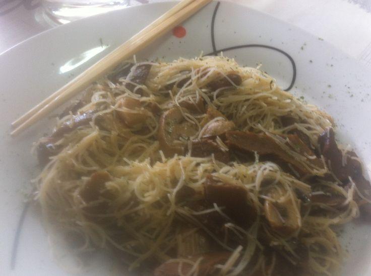 Hoy toca comida internacional ..... más concretamente asiática. La preparación de hoy es muy sencilla, para aprovechar toda la textura de las setas shiitake. Como todo wok que se precie, es muy fle...