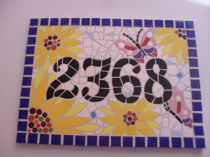 Número residencial, retangular. Realizado com azulejos específicos.Sobre piso de cerâmica. Deverá ser fixado na parede com argamassa,cimento cola. Você pode escolher as cores e tamanho que preferir. Consulte-me estarei a sua disposição para ajudar!