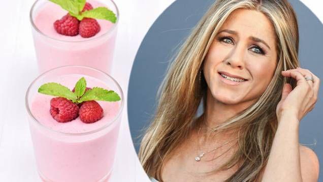 Hollywoodstjärnan Jennifer Anistons recept på en rosa supersmoothie - enkel att göra och väldigt nyttig och mättande.