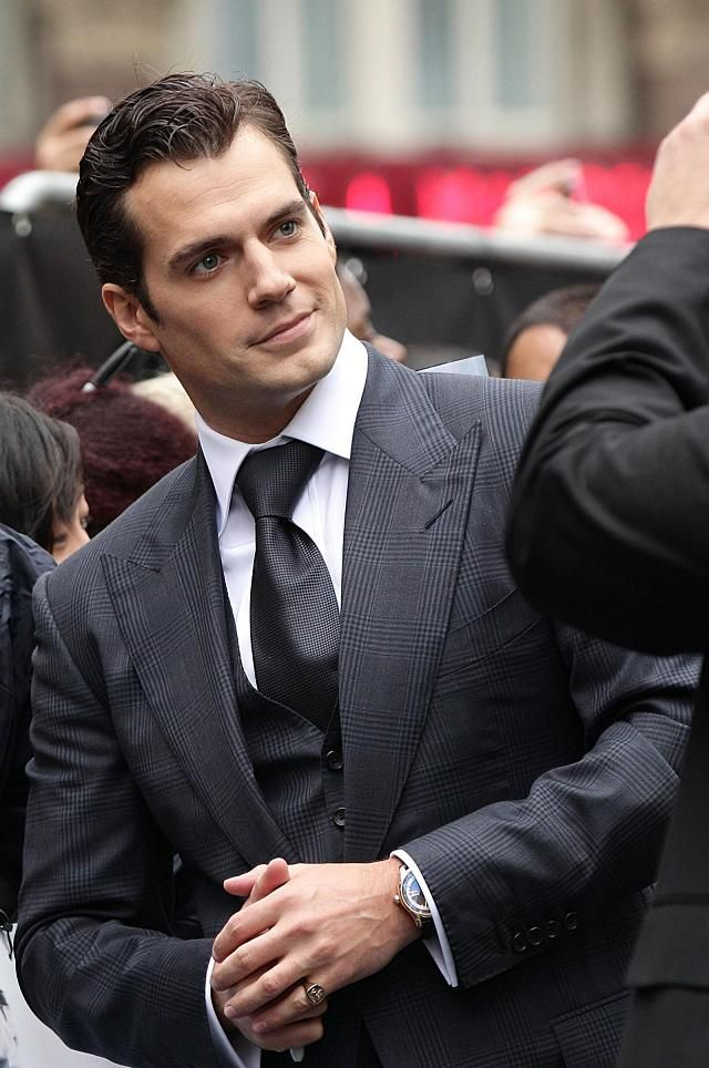 Henry Cavill in a grey suit on the set of The Man from UNCLE. Superb! <3