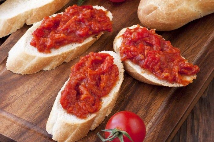 Айвар - это густой сербский соус из запеченного красного перца и баклажан, приправленный чесноком, уксусом, маслом и солью.