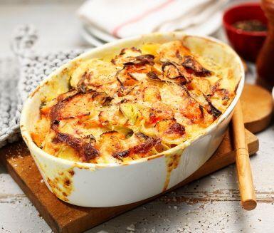 En krämig och mättande rotfruktsgratäng som passar bra till det mesta – därför gör den sig extra bra på buffé- eller julbordet. Potatis, morötter, purjolök och palsternacka får smak av timjan och citron. Den rivna osten blir sedan kronan på verket!