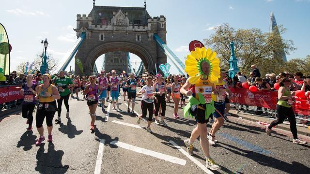 """Virgin Money London Marathon 2016 obfitował w rekordy Guinnessa. Jeden z nich to """"Najszybciej przebiegnięty maraton w stroju rośliny (kwiat w doniczce) - Lee Goodwin - 3:02.43 #VirginMoney #LondonMarathon #rekordGuinnessa #BiuroRekordów"""