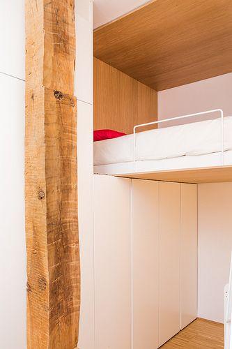 """La vivienda se encuentra en la privilegiada zona de Las Vistillas, en el casco histórico de Madrid. De tamaño muy reducido, la operación se reduce a """"limpiar"""" el espacio existente, en el que se introducen objetos envolventes de madera con uso preciso: una cama elevada y una cocina abierta.   Más info: http://beriotbernardini.blogspot.com.es/"""