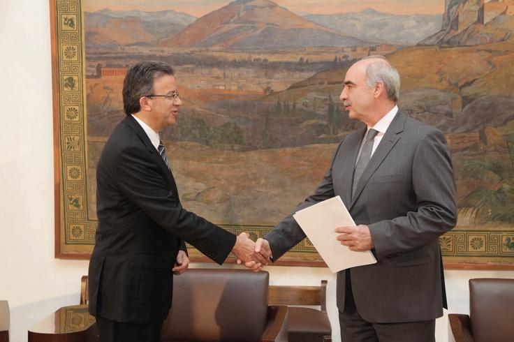 Ετήσια Έκθεση 2012    Ο Συνήγορος του Καταναλωτή κ. Ευάγγελος Ζερβέας παραδίδει την ετήσια έκθεση της Ανεξάρτητης Αρχής του έτους 2012 στον πρόεδρο της Βουλής κ. Ευάγγελο Μεϊμαράκη.