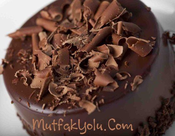 Merhaba Sevgili Mutfak Yolu okurları, bugün işte yine karşınızdayım ve size arşivimden çok güzel bir çikolatalı yaş pasta tarifi sunuyorum. Bugün sizin için çikolatalı doğum günü pastası tarifi vereceğim. Artık sevdiklerinizin doğum günü pastası için hazır pastalar yerine kendiniz yapabilirsiniz. Belki ilk seferinde çok harika bir pasta olmayabilir; ancak diğer denemelerde harika işler çıkaracağınızdan eminim […]