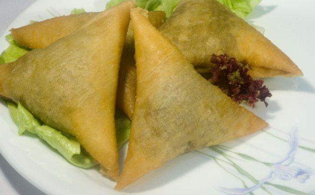 I samosa di verdure si preparano facendo dei piccanti fagottini ripieni di verdure tritate con aromi e spezie cotti precedentemente in padella,che an...