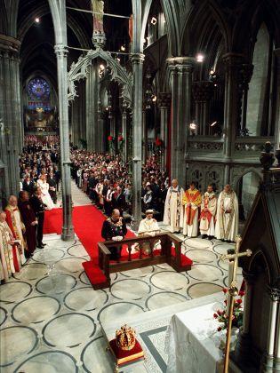 Consecration. King Harald and Queen Sonja kneeling at the alter in Nidaros Cathedral (Photo: Bjørn Sigurdsøn, Scanpix)