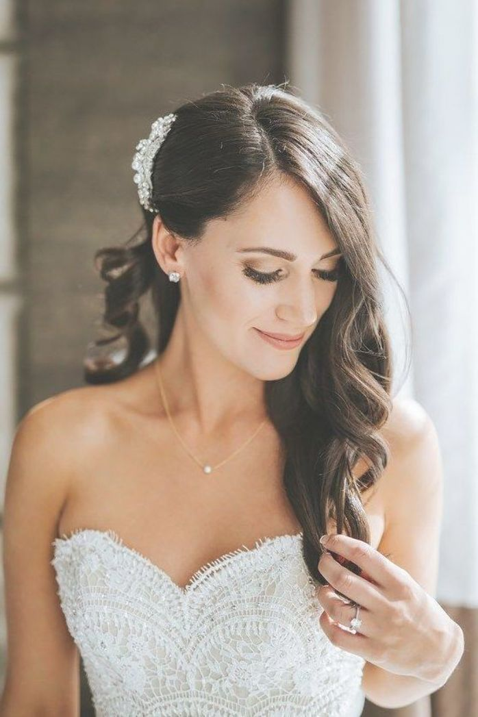 Our Wedding Kristen Williams Bride Hair And Make Up Neutral Glam Look Big Curls S Romantische Hochzeit Frisuren Haarschmuck Braut Hochzeitsfrisur Seitlich