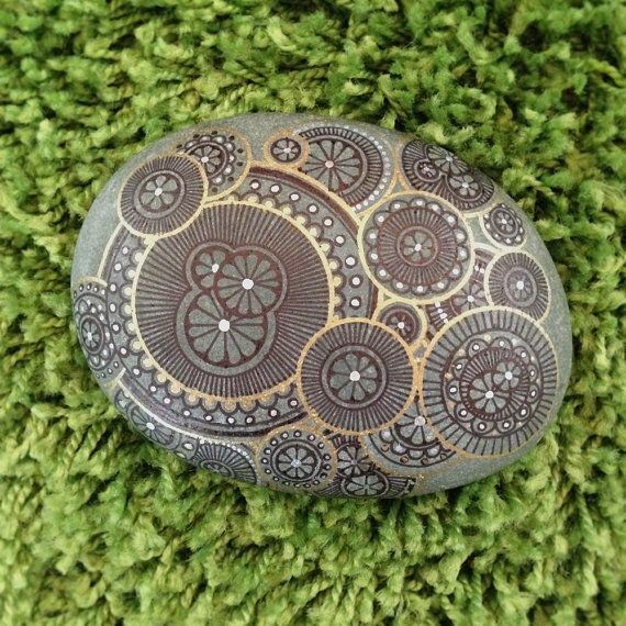 Il ressemble à lichen saccrocher et de plus en plus à une pierre.  Dessinés avec les stylos métalliques basé dhuile et un fidèle Sharpie à la main. Il nya aucun vernis de protection sur ces morceaux et mai pas météo bien à lextérieur. Ils le font très bien sous un rinçage rapide de leau courante, ne pas frotter. Comme cela a été créée pour une exposition dart sur le thème, il est peu probable, je vais créer plus de ces roches. Taille est denviron 5 x 4