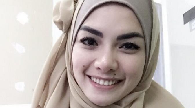 Nikita Mirzani Ingin Berhijab : Berhijab merupakan kewajiban bagi setiap perempuan yang menganut agama Islam tak terkecuali aktris seksi Nikita Mirzani. Ia mengungkapkan niatnya untuk menutup aurat.