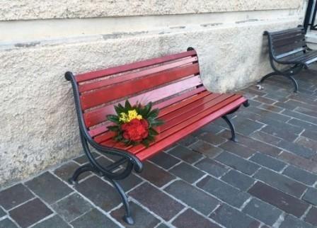 Una panchina rossa contro la violenza sulle donne. Iniziativa a Napoli per educare i giovani alle differenze
