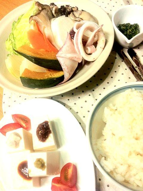 遅い時間の夕食。沖縄での食べ過ぎも徐々にリセット。 - 7件のもぐもぐ - 夕飯 野菜と魚介のスチーム•自家製ジェノベーゼ、4種の冷奴、ご飯 by yokoki