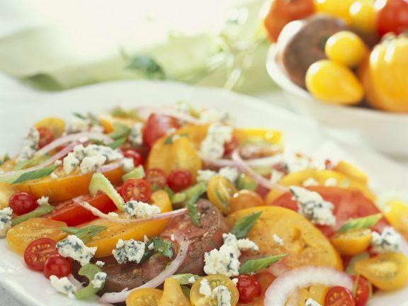 Tomatensalat mit Schimmelkäse und Zwiebeln ist ein Rezept mit frischen Zutaten aus der Kategorie Fruchtgemüse. Probieren Sie dieses und weitere Rezepte von EAT SMARTER!