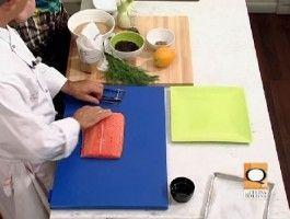 Salmone marinato all'arancia........  Ingredienti e dosi per 8 persone...........      Una baffa di salmone pulito di un kg     400 g di zucchero di canna Tropical     400 g di sale fino     2 arance     8 cucchiai di olio extravergine     Un cucchiaino di senape in grani     2 finocchi     Aneto     Insalatine novelle     Sale, pepe