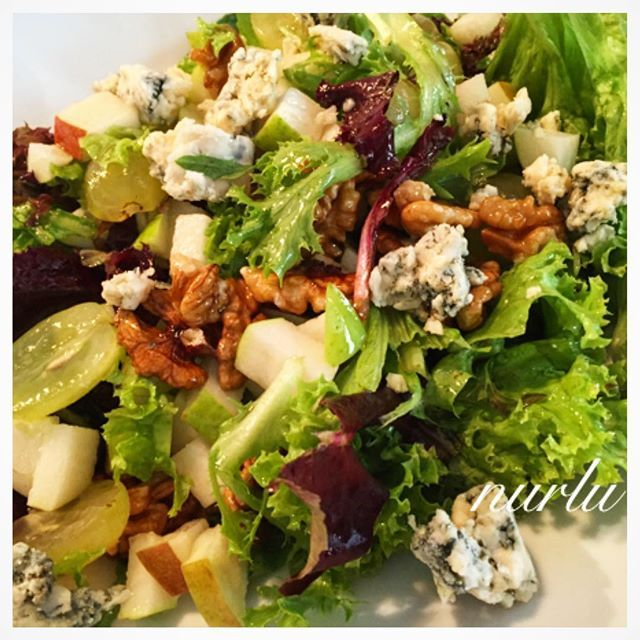 WEBSTA @ nurlu - Sonbahar salatamızla hoşgeldinnn EYLÜL diyoruz.🍁🍂🍃🍇🍐😊Sonbahar Salatası ✨✨✨Akdeniz yeşillikleri  Üzüm  Armut  Ceviz  Rokfor Peyniri Sos:Balsamik Sirke  Zeytinyağ  Tuz Nar ekşisi 1tatlı kaşığı esmer şeker #nurlumutfakta💖