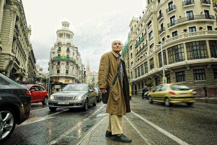 El artista Antonio López posa (el 31-12-2010) en el lugar donde pintó su famoso cuadro de la Gran Vía (Foto de Claudio Álvarez/elpais.com