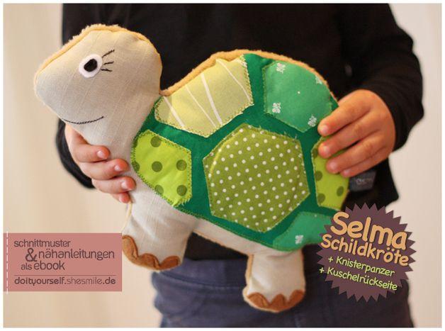 """Von mir entworfene und erstellte Nähanleitung und Schnittmuster für ein Kuscheltier / kleines Kuschelkissen / Spieltier Schildkröte """"Selma"""".  *Tolle Details:* - der Schildkröten-Panzer läd durch..."""