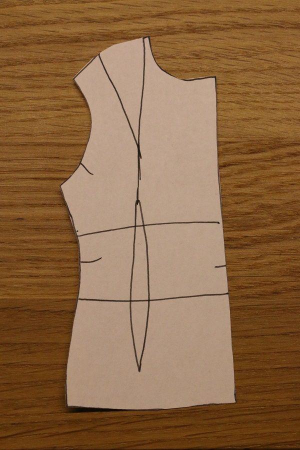 JAK NA ŠATY UPROSTŘED:  Na základní střih nakreslíme budoucí přestřižení.   Podél těchto linií vystřihneme jednotlivé díly a prsní výběr uzavřeme.