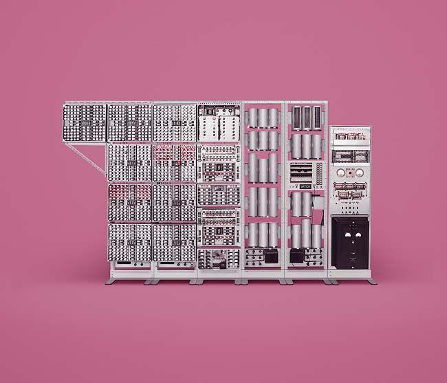 Лондонская Studio INK в сотрудничестве с фотографом James Ball, более известном как Docubyte, создали серию красочных снимков знаменитых вычислительных машин прошлого. Монстры эпохи великих кибернетических открытий, чьи вычислительные возможности вызовут у современного программиста или системотехника лишь улыбку, ещё сравнительно недавно поражали современников фантастическими перспективами и заставляли делать самые смелые прогнозы.