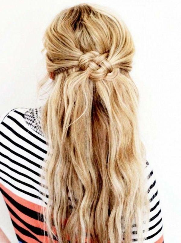 eine frau mit sehr langen blonden haaren - foto vom hinten genommen