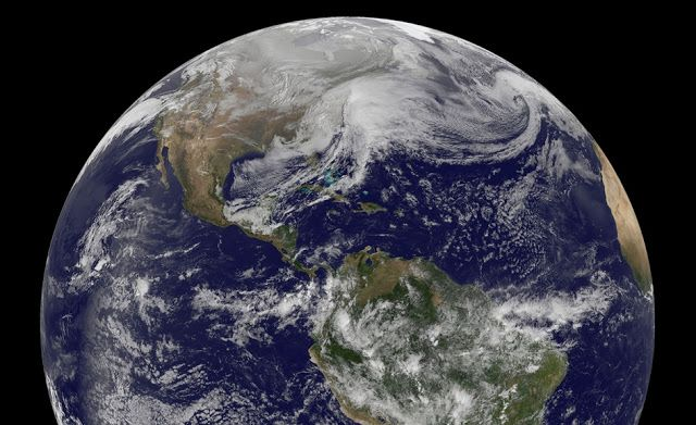 Planet Bumi. Kredit: NOAA   SpaceNesia - Di masa kini, menjelajahi planet lain mungkin masih seperti memikirkan bagaimana cara terbang p...