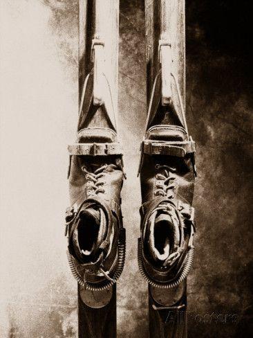 Nahaufnahme einer alten Skiausrüstung Fotografie-Druck von William Swartz bei AllPosters.de