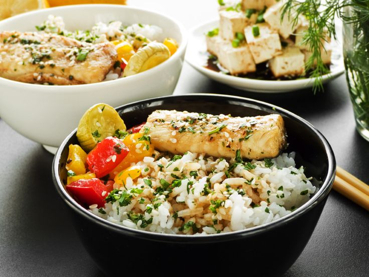 Rijsttafel voor vrienden | Gestoomde vis met sojabonen  Voor 4 personen. Bereidingstijd 25 minuten. • 1 sjalot • 3 teentjes knoflook • 2 rode pepers • 1 limoen • 400 g gedopte groene sojabonen (van de toko, diepvries) • zout • 3 el plantaardige olie • 1 dl kokosmelk • 4 tl vissaus • 4 stukken witvisfilet met huid à 125 g (bijvoorbeeld kabeljauw) • extra nodig: keukenmachine, stoompan of -mandje