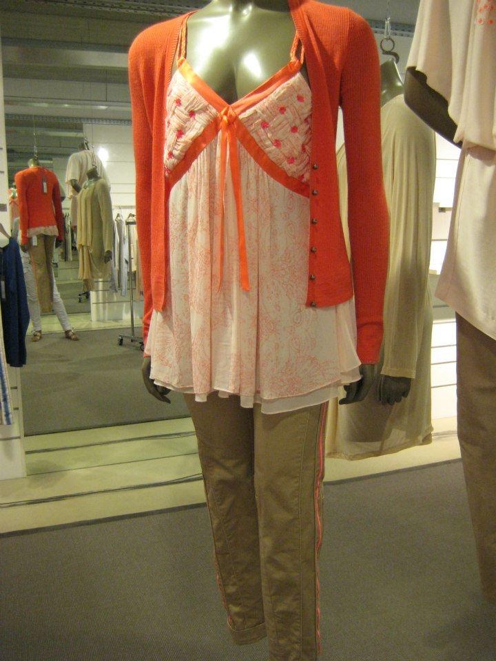 Gustav is een ware aanvulling op uw garderobe door de optimale mix van design, pasvorm, draagbaarheid en kwaliteit. De collectie van Gustav richt zich op vrouwelijke, handgemaakte, 3D gestructureerde decoraties die zich uiten in jurken, tunieken en tops.