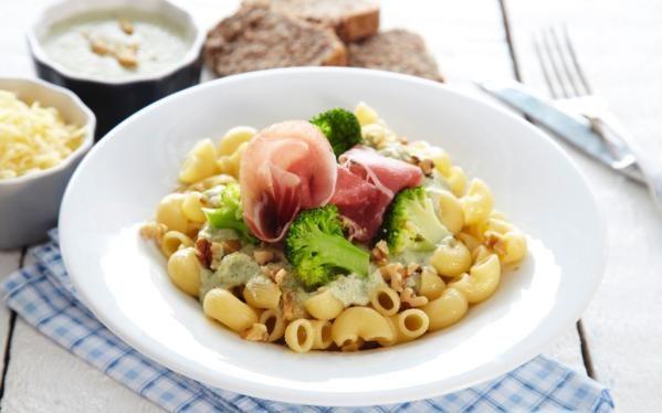 Oppskrift på Pasta med blåmuggostesaus, brokkoli og valnøtter