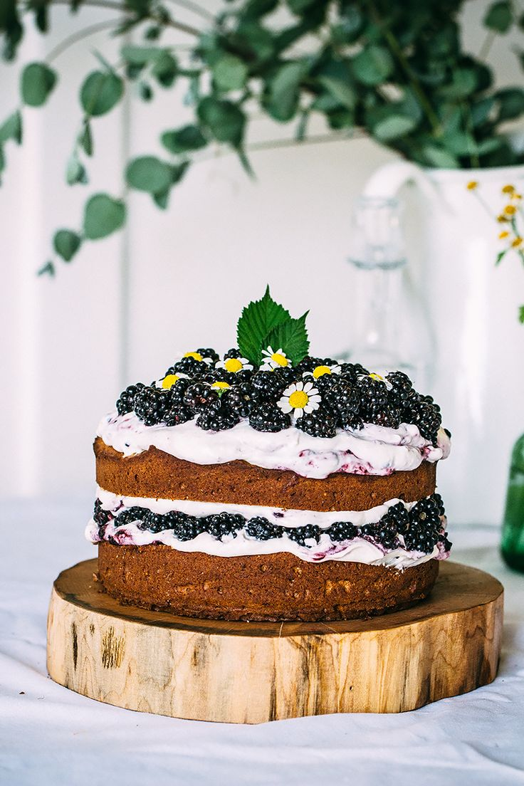 Hazelnut blackberry cake with mascarpone cream